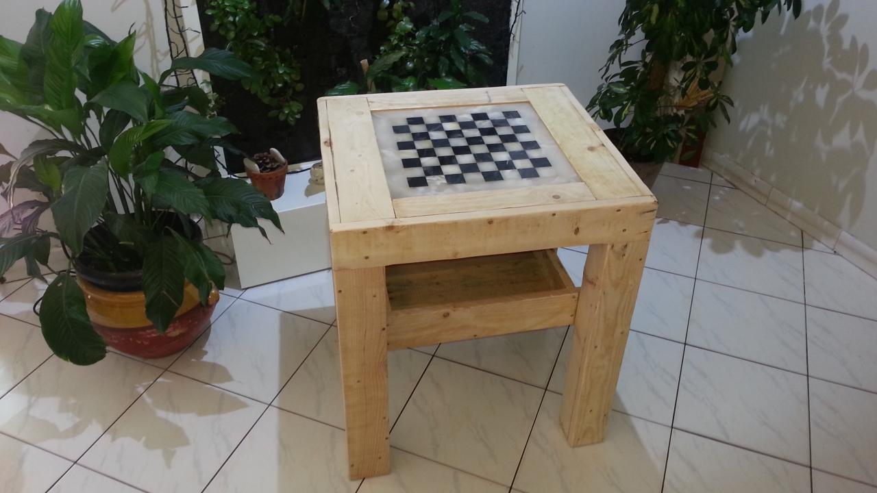 table avec jeux d 39 chec creation palette. Black Bedroom Furniture Sets. Home Design Ideas